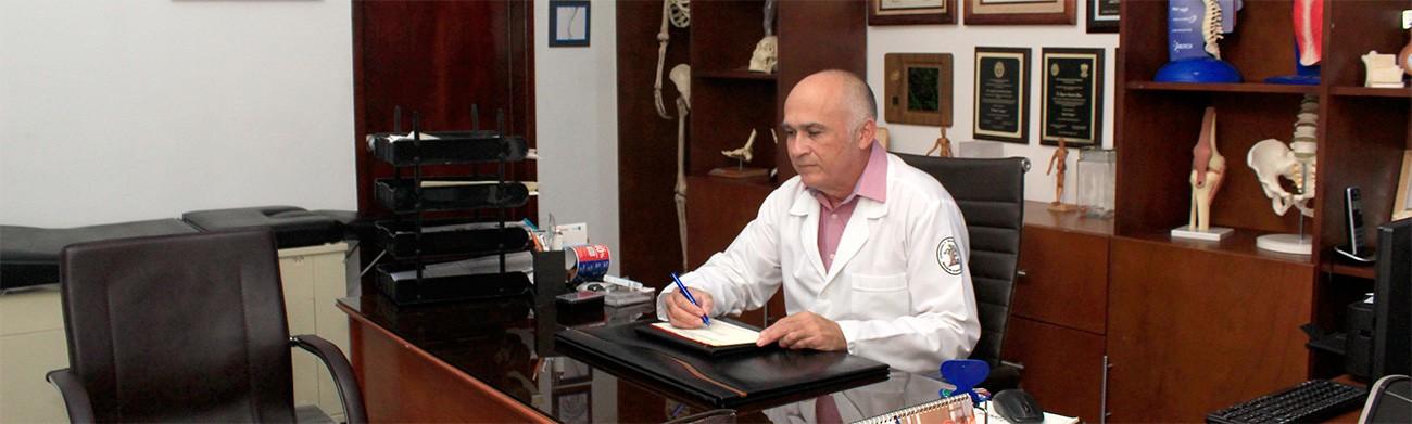 Dr Edgardo Arredondo en consulta